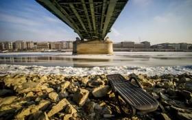 رودخاهه دانوب یخ زده زیر پل آزادی در بوداپست مجارستان