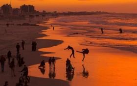 بازی فلسطینی های ساکن غزه در ساحل غزه