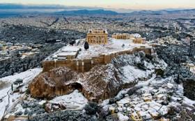 معبد پارتنون بر فراز آکروپولیس در میان برف شدید در آتن یونان