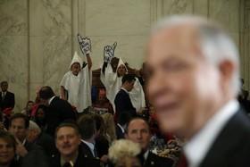 معترضان به دونالد ترامپ و نژاد پرستی در جلسه کنگره آمریکا