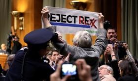 یک تظاهرکننده در جلسه بررسی صلاحیت وزیرخارجه معرفی شده توسط دونالد ترامپ  رئیس جمهوری منتخب آمریکا