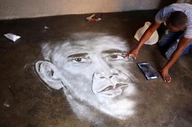 پرسی مایملا نقاش خود آموخته در خانه اش در آفریقای جنوبی نقاشی را که با نمک از چهره باراک اوباما کشیده به پایان می رساند