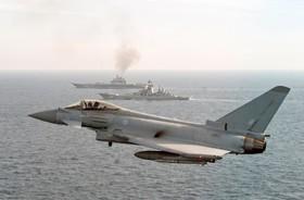 صحنه عبور دو کشتی جنگی روسی از نزدیکی آبهای مرزی انگلیس که وزارت دفاع انگلیس منتشر کرده است