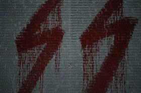 دواری که به یاد بود پنجاه هزار کشته شده دوران کمونیستی در لهستان با نام آنان ساخته شده توسط یک گروه فاشیستی رنگ شده است