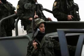 یک گروه از نظامین فارغ التحصیل فلسطینی در حال رژه در ساحل غربی