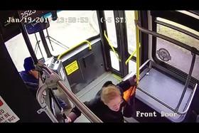 حادثه عجیب برخورد پیکاپ با اتوبوس