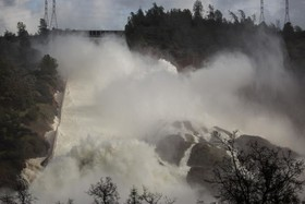 شکسته شدن سد در کالیفرنیای آمریکا