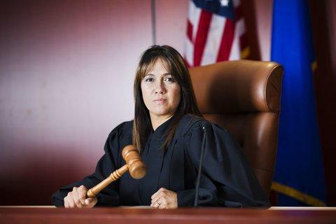 چرا قضات در خارج لباس سیاه میپوشند؟