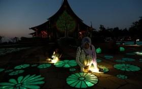 یک معبد در تایلند و زنی مسلمان تایلندی در کنار این معبد دیده می شود