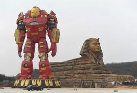 یک مجسمه مرد آهنی و مجسمه ابولهول در چین
