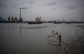 ماهی گیری در رودخانه هانگ پو در شانگهای چین
