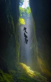 غارنوردان در زلاند نو وارد غار ویتامو می شوند