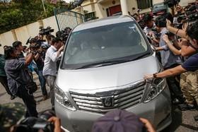 خبرنگاران در مالزی اطراف یک ماشین سفارت کره شمالی در مقابل سفارت این کشور پس از کشته شدن برادر ناتنی رهبرکره شمالی توجه به این سفارت جلب شده
