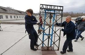 در آهنی یک اردگاه کار اجباری در زمان نازی که دوسال پیش دزدیه شده بود در نروژ پیدا شده بود به محل خود در داخااو در آلمان بازگردانده می شود