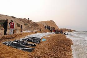 اجساد مهاجران به اروپا که از دریای مدیترانه در ساحل لیبی به ساحل منتقل شده است