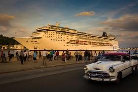 بندر هاوانا در کوبا و کشتی مسافری که پهلو گرفته است