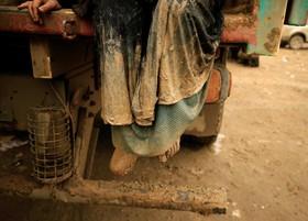 زن آواره عراقی گریخته از جنگ داعش در خودرو یی در انتظار پذیرش در یک اردوگاه آوارگان