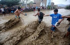 کمک رسانی به ماندگان در سیل در پرو