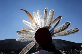 نمایش سنتی به مناسبت فرارسیدن بهار درمقابل هرم خورشید در شهر تئوتی هوچان در مکزیک