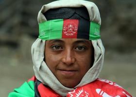 یک نوجوان در حال فروش پرچم افغانستان در قندهار همزمان با نوروز