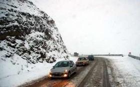 سقوط بهمن و ریزش سنگ در محور چالوس/جاده مسدود شد