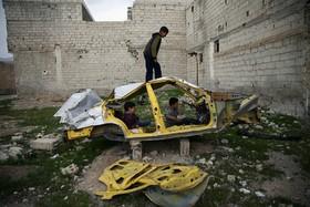 بازی کودکان سوری در دمشق با خودرو خراب شده در جنگ