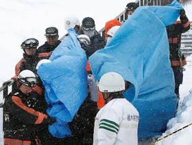 انتقال اجساد دانش آموزانی که همراه معلم خود در کوهستان نزدیک به پیست اسکی شهرناسو در شمال توکیو قربانی بهمن شدند