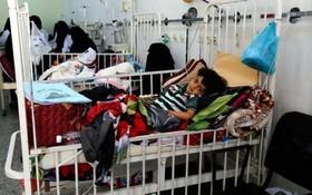 بیمارستانی در صنعا مرکز یمن و کودکان زخمی از حملات هوایی عربستان سعودی