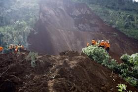 تلاش امداد گران در منطقه پونوروگو در روستای بناران در اندونزی برای یافتن ساکنان مفقود شده