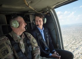 جرد کوشنر داماد و مشاور ارشد دونالد ترامپ در هلیکوپتری برفراز بغداد