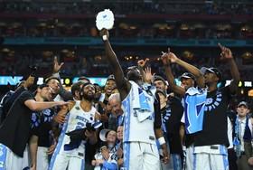 سلفی اعضای تیم کارولینای جنوبی با طرفدارانشان پس از پیروزی در یک بازی بسکتبال در مقابل تیم حریف