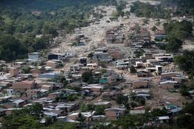 نمایی از شهرکی در کلمبیا که در اثر سیل و رانش زمین خسارت دیده است