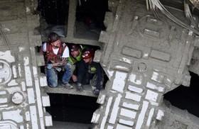 کارکنان حفاری تونل سیاتل در آمریکا در حال بررسی روند کار از روی دستگاه حفاری تونل