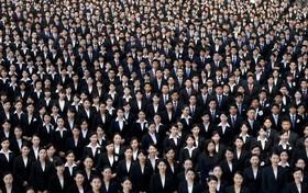 کارکنان تازه استخدام شده شرکت هواپیمایی ژاپن در یک عکس جمعی در فرودگاه هاندا در توکیو