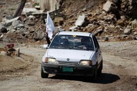 یک خودرو غیر نظامی با پرچم سفید در موصل