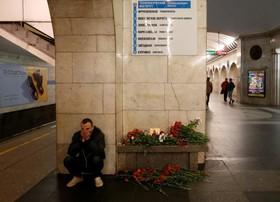 یادبود در محل ایستگاه مترو در سنتپترزبورگ و کشته شدگان در انفجار تروریستی اخیر