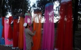 یک فروشنده دوره گرد پشه بند در پاکستان