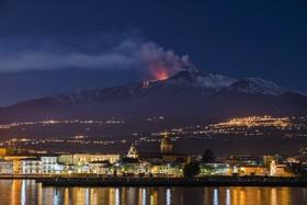 کوه اتنا و شهر ریپوستو در دامنه آن که در حال آتش فشانی و دودزایی است