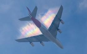 رنگین کمان در انتهای یک هواپیمای مسافری ایرباس آ سیصد و هشتاد در حال فرود در فرودگاه هیترو لندن