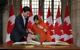 ملاله یوسف زای در حال امضای کتاب شهروندی کانادا