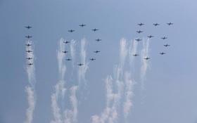 هواپیماهای نظامی در حال نمایش در مراسم سالگرد تولد 105 سال تولد کیم ایل سونگ بنیانگذار کره شمالی