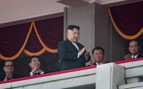 کیم جونگ اون رهبر کنونی کره شمالی در مراسم جشن تولد کیم ایل سونگ بنیانگذار کره شمالی و قدرت نمایی نظامی علیه آمریکا