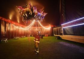 بادکنک فروش در سیرکی در لندن