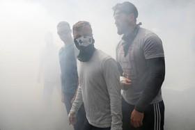 تظاهرات و درگیری حامیان و مخالفان ترامپ در آمریکا:دود ناشی از تقابل خشونت آمیز موافقان و مخالفان دونالد ترامپ در برکلی در آمریکا