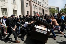 تظاهرات و درگیری حامیان و مخالفان ترامپ در آمریکا:درگیری میان دو گروه
