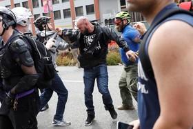 تظاهرات و درگیری حامیان و مخالفان ترامپ در آمریکا:گرفتار شدن یک مخالف ترامپ در میان موافقان