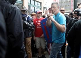 تظاهرات و درگیری حامیان و مخالفان ترامپ در آمریکا:یک موافق ترامپ برای مبارزه با مخالف ترامپ گارد گرفته است