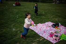 بازی کودکان در یک روز بهاری درگوانگدو در چین
