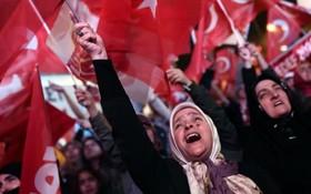 حامیان رجب طیب اردوغان شادی می کنند