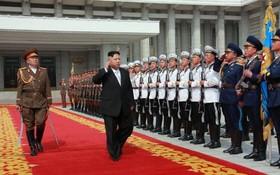 رهبر کره شمالی در حال سان دیدن از نیروهای ارتش